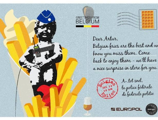 """""""Caro Artur, as batatas fritas belgas são as melhores e sabemos que elas te fazem falta. Volte para apreciá-las, temos uma surpresa para você"""", afirma o cartão postal da polícia belga, ilustrado com um saco de batatas fritas e uma cerveja"""