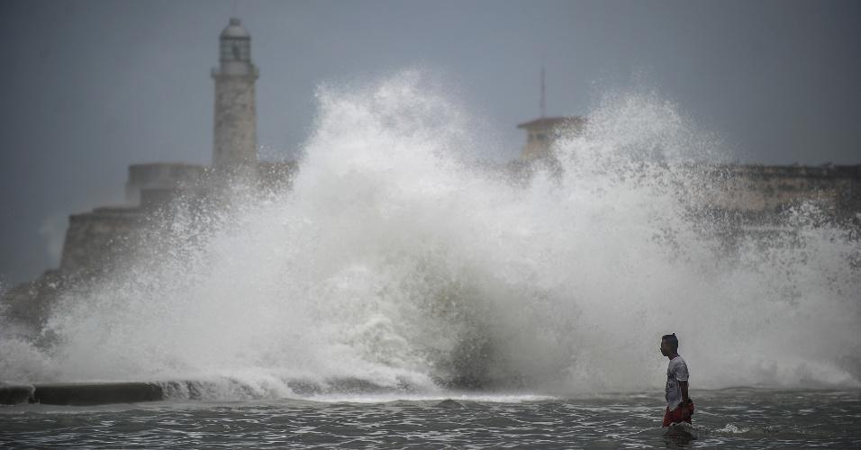 11.set.2017 - Onda quebra próximo ao Castelo do Morro, em Havana, Cuba. A região foi atingida pelo furacão Irma, que deixou um rastro de destruição