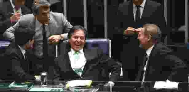 O presidente do Senado, Eunício Oliveira (centro), conversa com os colegas Randolfe Rodrigues, Romero Jucá e Renan Calheiros durante sessão que decidiu votar o afastamento de Aécio Neves - Pedro Ladeira/Folhapress