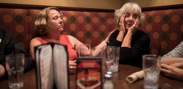 Sherry Warner Seefeld, à direita, encontra outras mães de estudantes que foram acusados de agressão sexual no campus, em um restaurante em Eagan, EUA