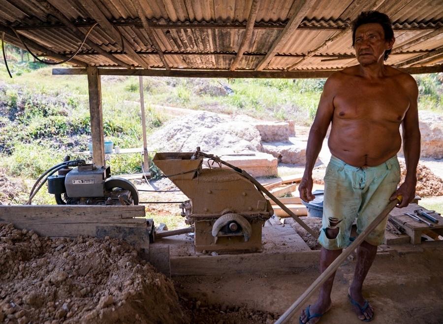 Garimpo artesanal na comunidade do Galo, em Senador José Porfírio (PA). Assim como as comunidades Ilha da Fazenda, Vila da Ressaca, e Ouro Verde, esta deve ser a área de instalação do projeto de mineração Belo Sun, para extração de ouro. A iniciativa ficará a cerca de 10 quilômetros da usina de Belo Monte (Altamira)