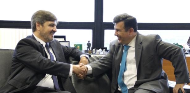 Leandro Daiello (à dir) cumprimenta o delegado Fernando Segóvia, que irá substitui-lo