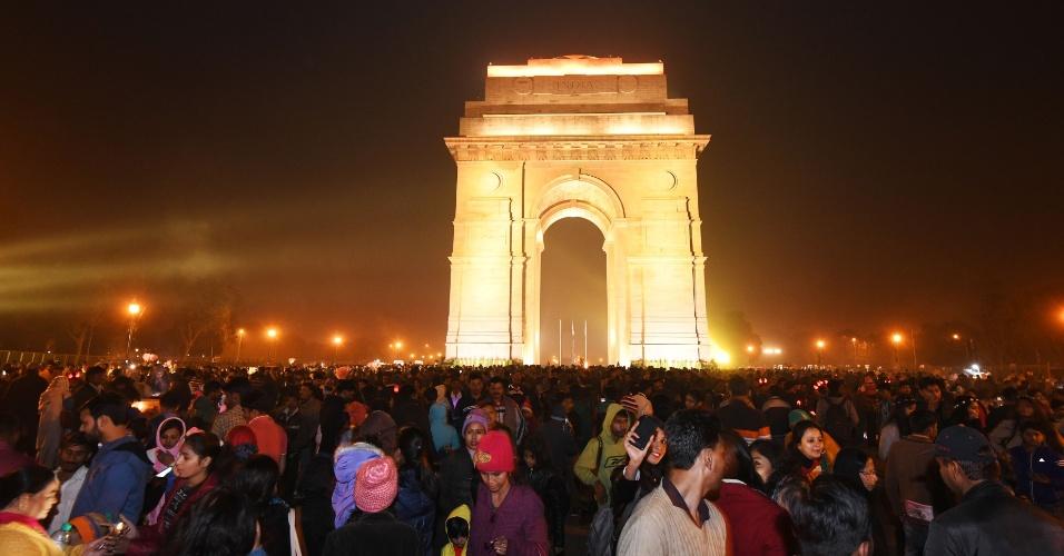 Indianos se reúnem na Porta da Índia, em Nova Déli, durante a celebração do Ano-Novo