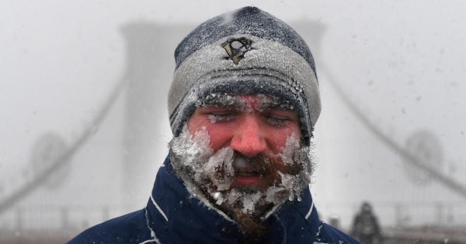 4.jan.2018 - Homem sente os efeitos do frio enquanto caminha pela Ponte do Brooklyn, em Nova York