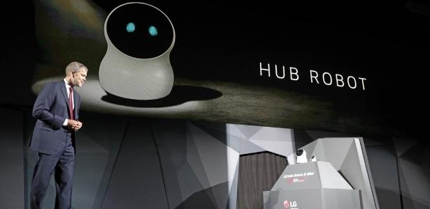 David Vanderwaal, executivo da LG, e o pequeno robô CLOi