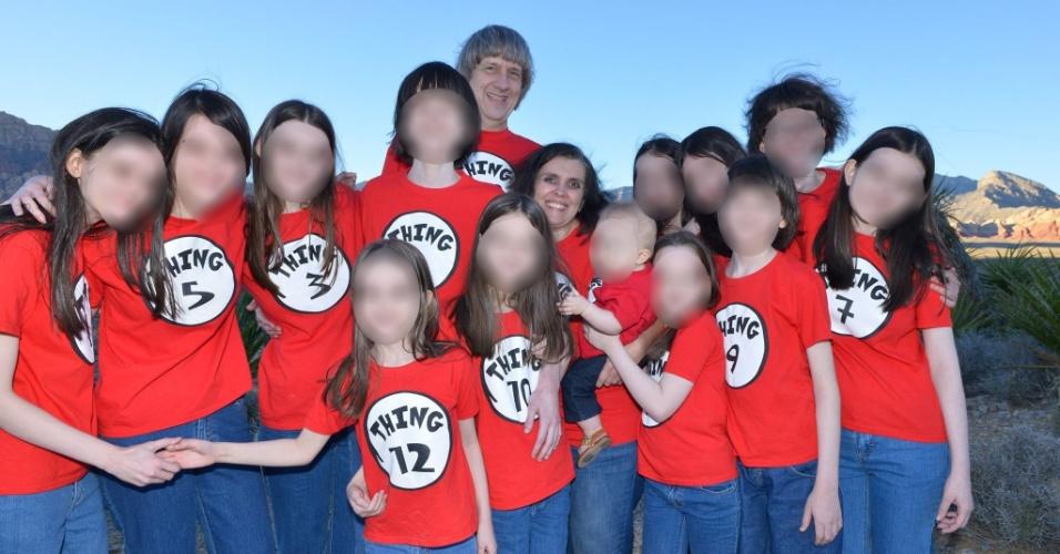 Doze irmãos foram encontrados acorrentados e famintos em uma casa de um povoado da Califórnia, e a polícia prendeu os pais por tortura e por colocar em risco a vida dos filhos