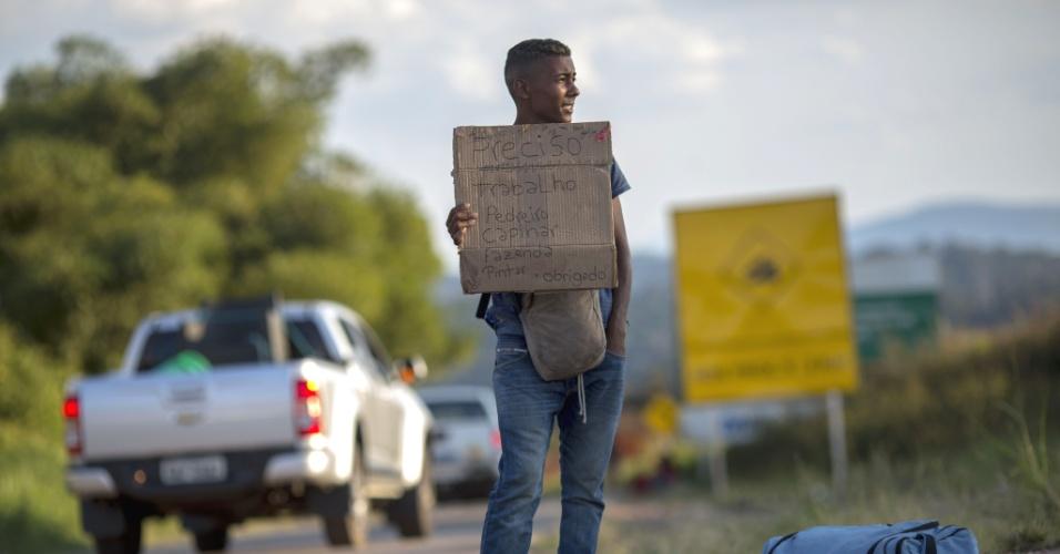 27.fev.2018 - Refugiado venezuelano pede emprego em uma estrada perto de Pacaraima, Roraima