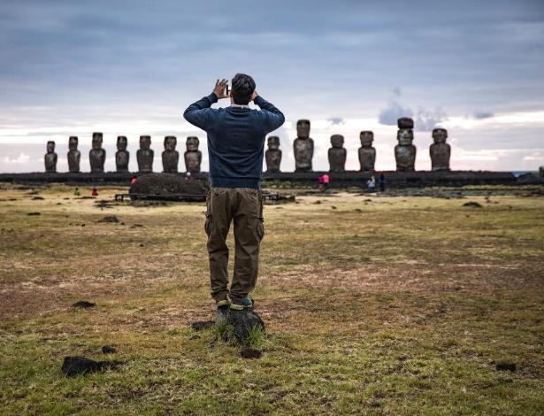Turista fotografa estátuas moai em Ahu Tongariki, na Ilha de Páscoa