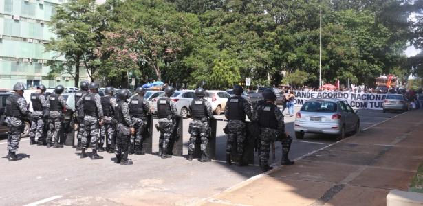 Alunos da UnB protestam em frente ao MEC contra corte em orçamento; PM bloqueia entrada