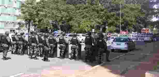 Alunos da UnB protestam em frente ao MEC contra corte em orçamento; PM bloqueia entrada - Gloria Tega/Código 19/Estadão Conteúdo