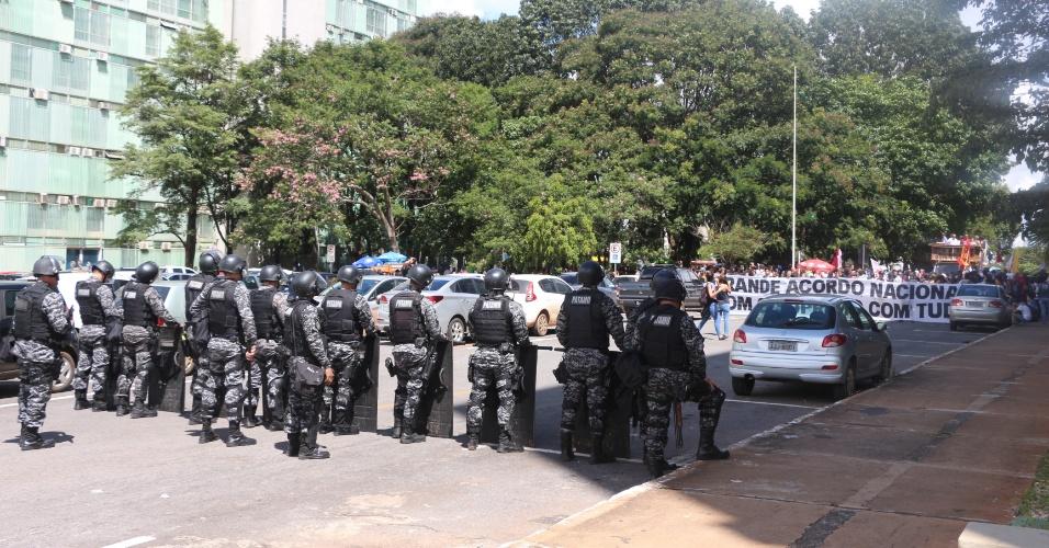 10.abr.2018 - Alunos da UnB protestam em frente ao MEC contra corte em orçamento; PM bloqueia entrada