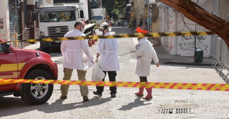 9.mai.2018 - Equipe de legistas carregam materiais encontrados no local do desabamento de um prédio, no centro de São Paulo, que podem ser restos mortais de vítimas