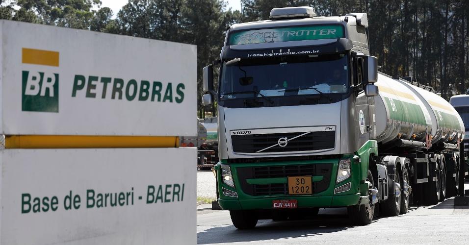 30.mai.2018 - Caminhões-tanque saem do centro de distribuição da Petrobras em Barueri (SP) sem necessidade de escolta