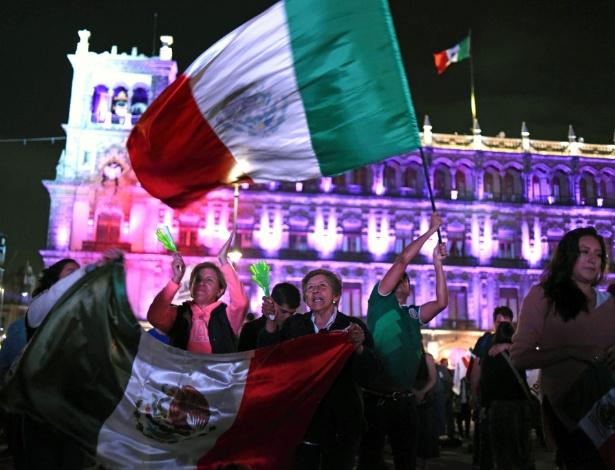1.jul.2018 - Mexicanos festejam a vitória de Obrador na praça Zocalo, na Cidade do México - AFP PHOTO / JOHAN ORDONEZ