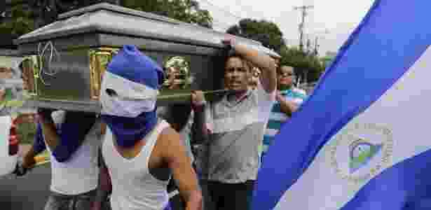 Amigos carregam o caixão de estudante morto pelas forças pró-governamentais da Nicarágua - Inti Ocon/AFP