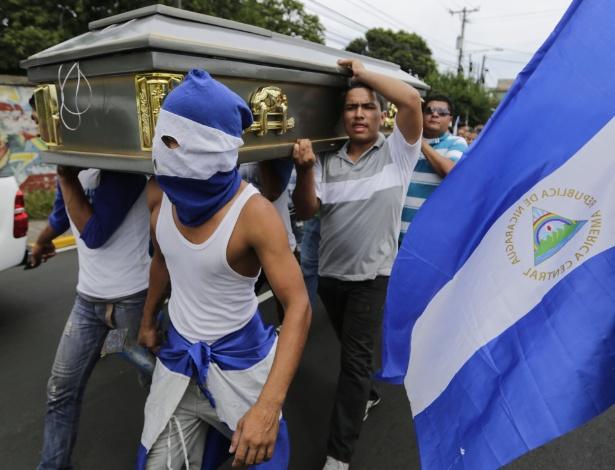 Amigos carregam o caixão de estudante morto pelas forças pró-governamentais da Nicarágua