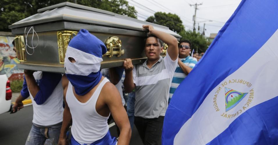 16.jul.18 - Amigos e familiares carregam o caixão do estudante Gerald Vasquez, morto pelas forças pró-governamentais da Nicarágua