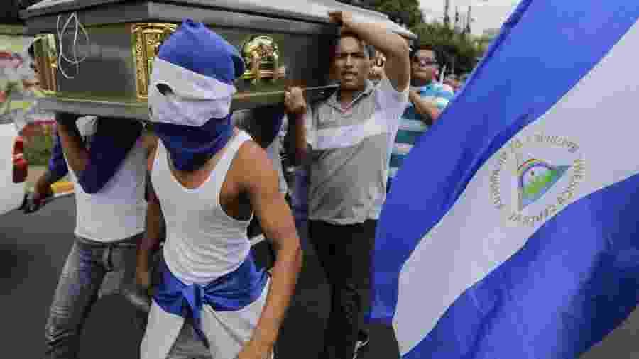 16.jul.18 - Amigos e familiares carregam o caixão do estudante Gerald Vasquez, morto pelas forças pró-governamentais da Nicarágua - Inti Ocon/AFP
