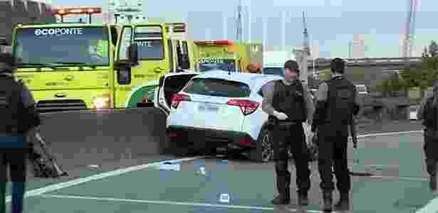 Um dos carros usados pelos suspeitos ficou com marcas de balas - Reprodução/TV Globo