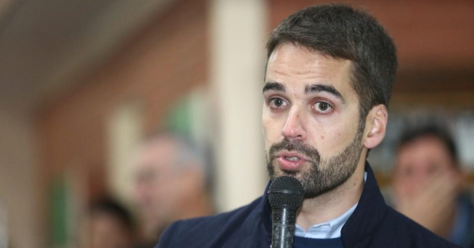 O candidato do PSDB ao governo do Rio Grande do Sul (RS), Eduardo Leite, fala ao mircrofone