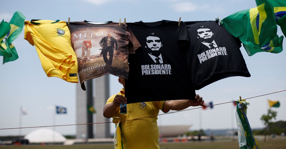 Apoiadores de Jair Bolsonaro criam varal em frente ao Congresso Nacional, em Brasília, e estendem roupa com os dizeres ?mito?