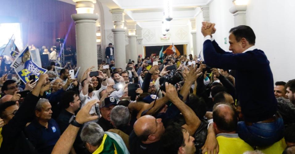 João Doria (PSDB) é carregado nos braços pelos apoiadores após resultado das eleições 2018. Ele foi eleito governador do Estado de São Paulo, com pouco mais de 51%, neste domingo, durante o segundo turno das eleições 2018