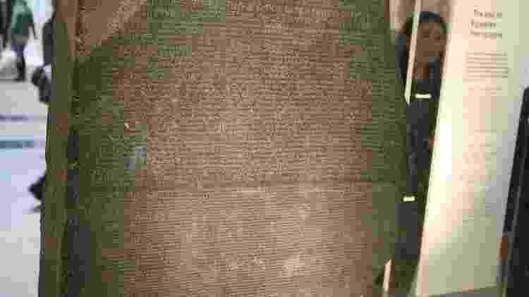 A Pedra Roseta, encontrada no Egito, foi fundamental para que estudiosos conseguissem decifrar o significado dos hieroglifos - AFP - AFP