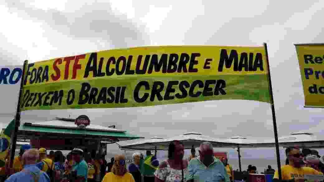 26.mai.2019 - Na praia de Copacabana, no Rio, manifestantes protestam contra o Supremo Tribunal Federal (STF) e os presidentes da Câmara Rodrigo Maia (DEM-RJ) e do Senado Davi Alcolumbre (DEM-AP) - Ana Luiza Albuquerque/Folhapress
