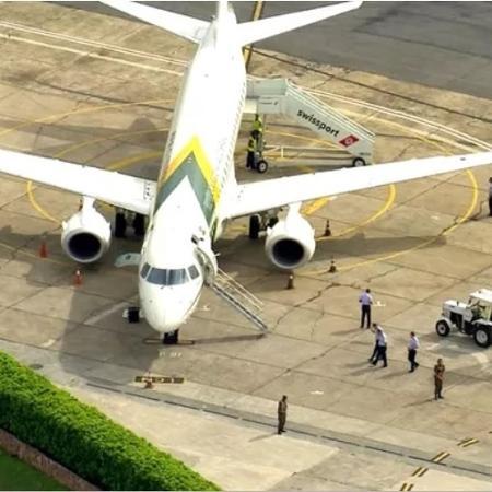Avião presidencial no aeroporto de Congonhas após pouso no dia 27 de fevereiro; sargento preso participou da missão que acompanhou Bolsonaro neste dia - Reprodução/TV Globo
