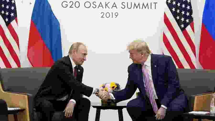 Os presidentes da Rússia, Vladimir Putin , e dos EUA, Donald Trump, se cumprimentam no G20, em  Osaka (Japão) - Kevin Lamarque/Reuters