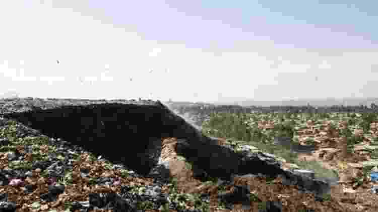 As montanhas de lixo - formadas por metais, vidros, plásticos e matéria orgânica - são muito frágeis para resistir a distúrbios fortes - Getty Images/BBC
