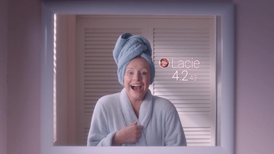 """Cena de """"Queda Livre"""", episódio de Black Mirror em que as pessoas recebem avaliações por interações na vida real - Reprodução/Netflix"""