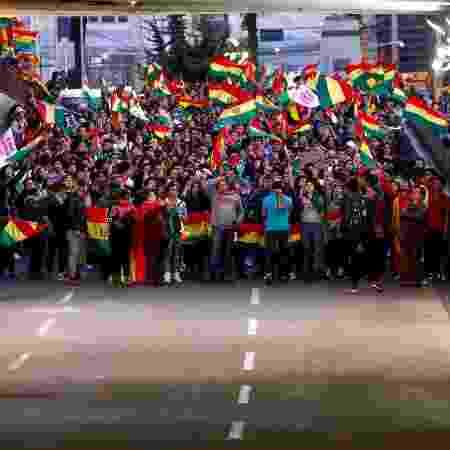 26.out.19 - Manifestantes com bandeiras da Bolívia bloqueiam via em La Paz - Kai Pfaffenbach/Reuters