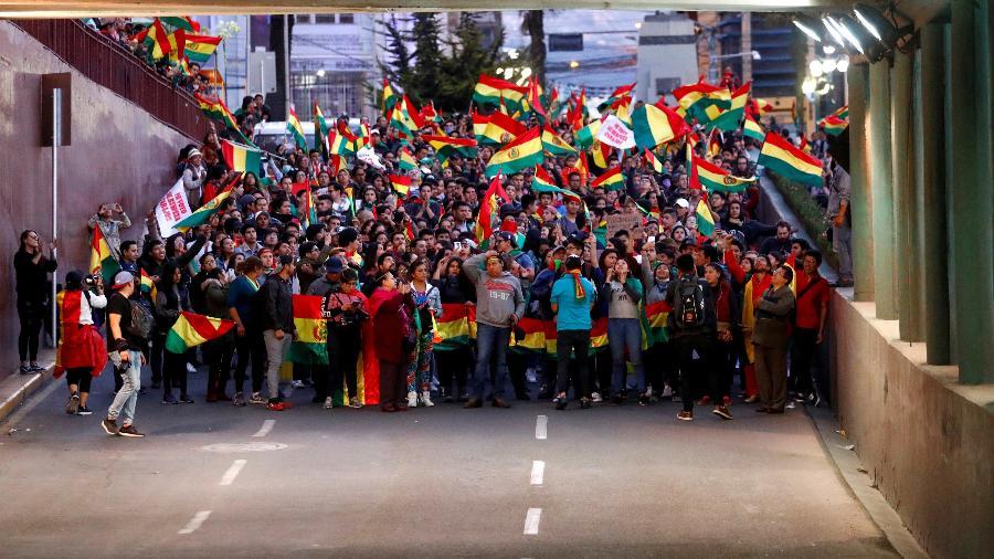 Manifestantes com bandeiras da Bolívia bloqueiam via em La Paz - Kai Pfaffenbach/Reuters