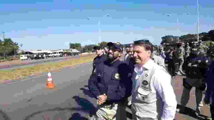 Presidente Jair Bolsonaro vai a Comando da Artilharia do Exército em Formosa (GO) - Reprodução/Facebook Jair Bolsonaro