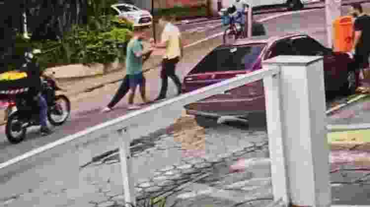 30.mai.2020 - Câmera de segurança do Hospital Italiano, no Grajaú, zona norte do Rio, mostra momento em que a médica Ticyana Azambuja desmaia após ser contida por um mata-leão aplicado pelo comerciante Rafael Presta - Reprodução - Reprodução