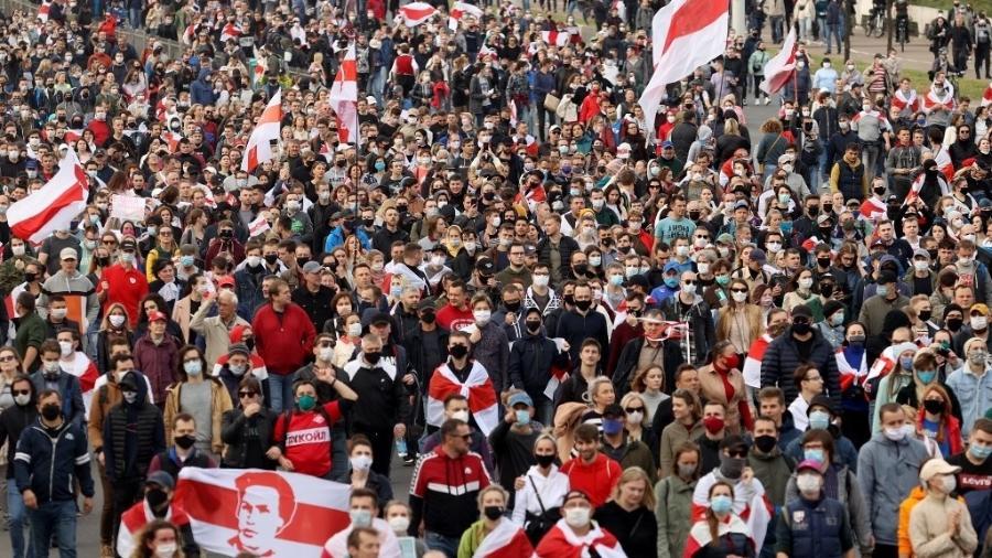 Manifestantes protestam pela liberdade de opositores do governo de Belarus em Minsk - AFP