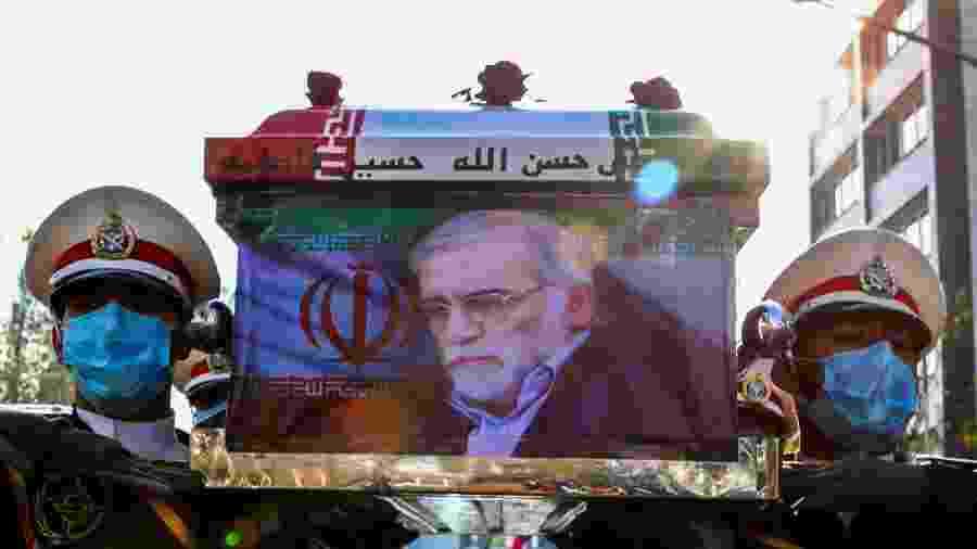 Militares iranianos carregam caixão com o corpo do cientista nuclear Mohsen Fakhrizadeh, morto em um atentado a tiros, durante funeral em Teerã - Ministério da Defesa do Irã/West Asia News Agency/Reuters