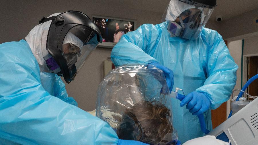 Com EPI, médicos cuidam de paciente de covid-19 internado em hospital de Houston, no Texas - Go Nakamura/Getty Images/AFP
