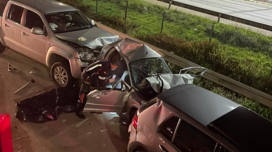 Carro foi esmagado por outros veículos - Divulgação/Bombeiros