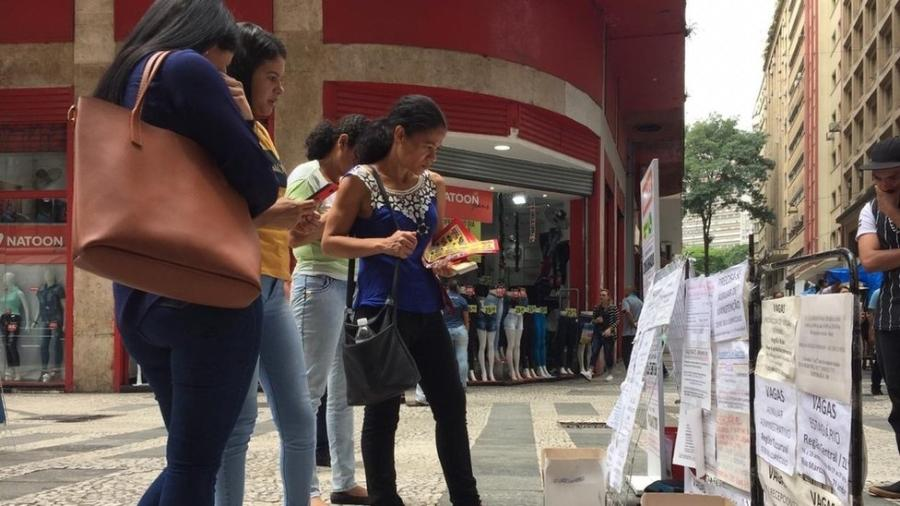 Na Rua Barão de Itapetininga, em São Paulo, vagas de emprego são expostas na rua e em postes - BBC