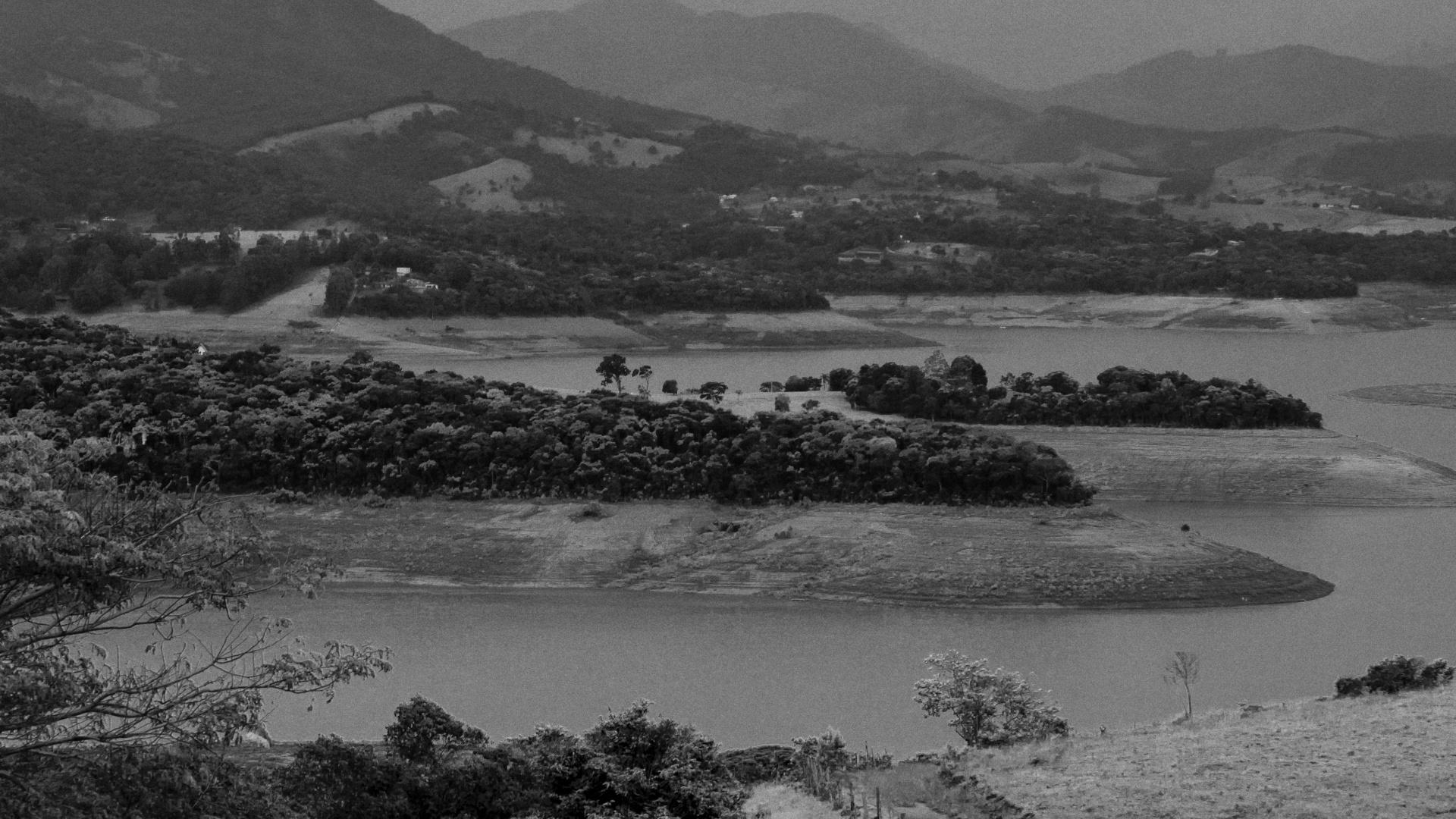 4.ago.2015 - JACAREÍ - Da beira das represas ou do alto de morros, é possível observar o Cantareira com cerca de 19% de sua capacidade