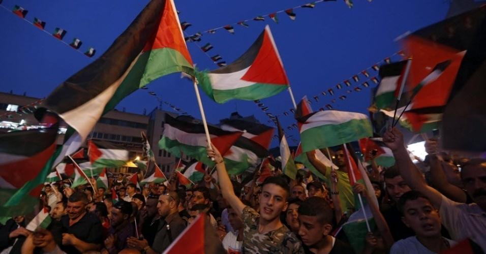 30.set.2015 - Centenas de pessoas foram às ruas da cidade de Nablus, na Cisjordânia, para celebrar a primeira vez que a ONU (Organização das Nações Unidas) hasteou a bandeira da Palestina em sua sede nos Estados Unidos