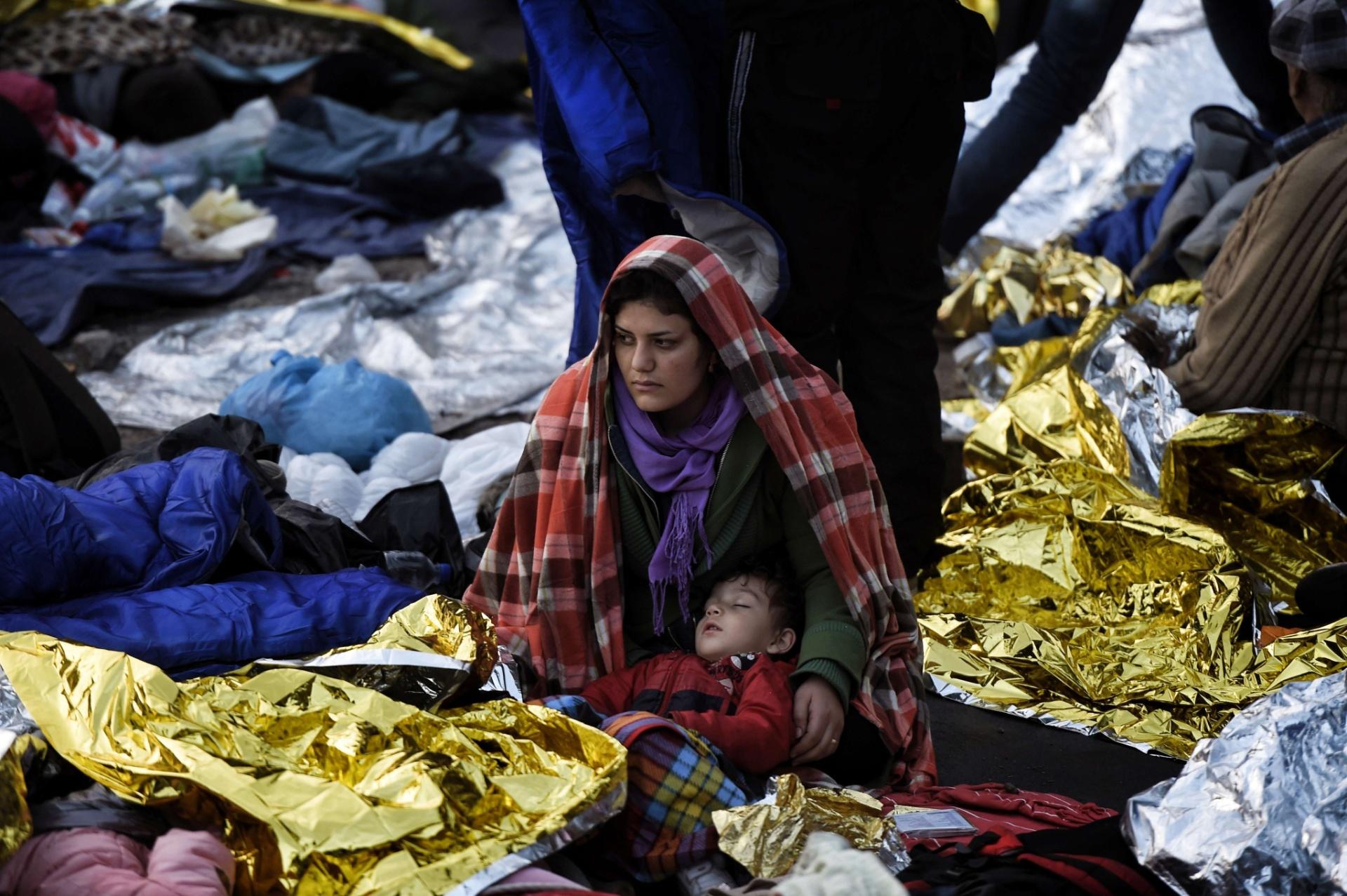 5.out.2015 - Mãe protege filho do frio na ilha grega de Lesbos, onde imigrantes passaram a noite na rua depois da travessia marítima a partir da Turquia. Segundo a ONU, nos últimos dez anos, o número de refugiados no mundo aumentou mais de 50%
