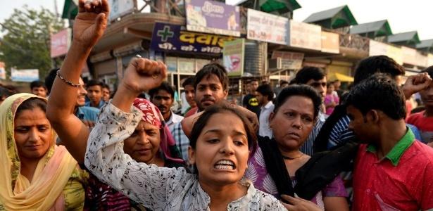 Indianas lideram protesto contra estupros em Nova Déli, capital da Índia: país tem dificuldade para controlar casos de violência física e sexual contra as mulheres (17out.2015)