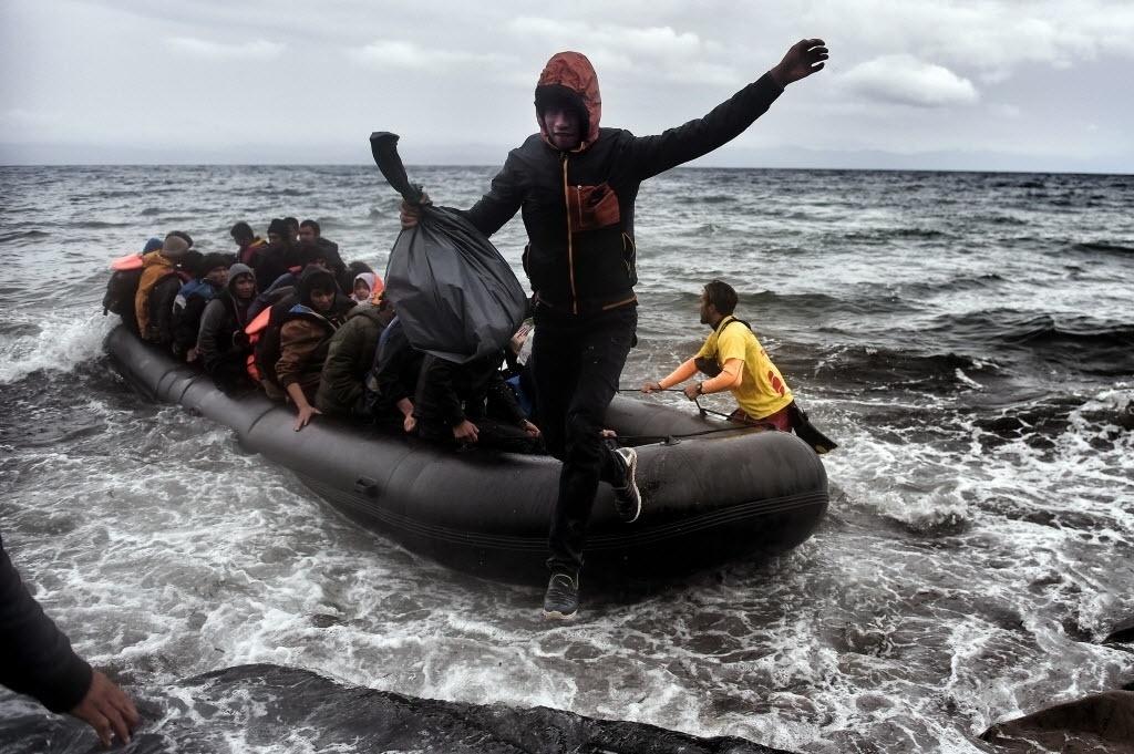 24.out.2015 - Refugiados e migrantes chegam à ilha grega de Lesbos depois de atravessar o mar Egeu saindo da Turquia neste sábado (24).  Nos últimos cinco dias cerca de 48 mil migrantes e refugiados chegaram à Grécia, o maior número de chegadas semanais do ano registrado até agora, segundo informe da Organização Internacional para Migrações