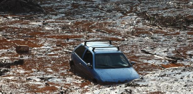 Carro é levado pela enxurrada causada pelo rompimento da barragem, em Bento Rodrigues, subdistrito de Mariana (MG)