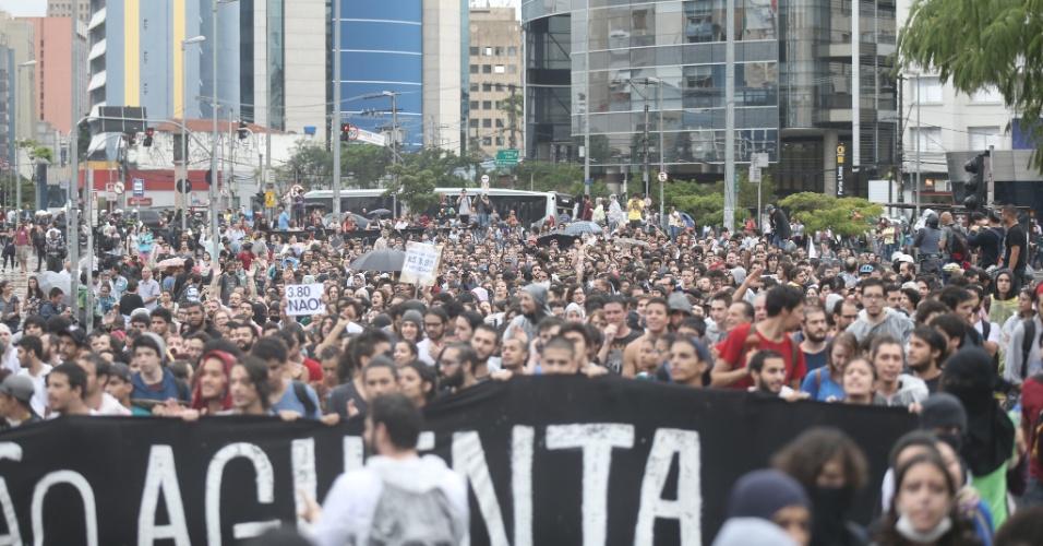 14.jan.2016 - Manifestantes se reúnem no largo da Batata, em Pinheiros, zona oeste de São Paulo, para protestar contra o aumento da tarifa do transporte público na cidade. Dois grupos fazem protestos simultâneos, um centro da capital paulista outro na zona oeste