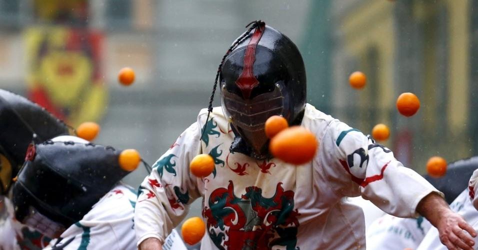 IVREA, ITÁLIA - No carnaval de Ivrea, na Itália, os foliões se vestem de cavaleiros medievais e promovem uma guerra de laranjas