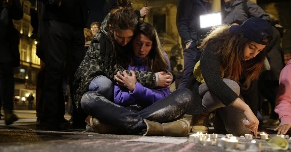 22.mar.2016 - Em Bruxelas, na Bélgica, amigas se abraçam durante homenagem às vítimas do atentado terrorista no aeroporto e no metrô da capital. Ao menos 34 pessoas morreram -- 20 no metrô e 14 no aeroporto -- e 136 pessoas ficaram feridas, segundo um balanço provisório das autoridades